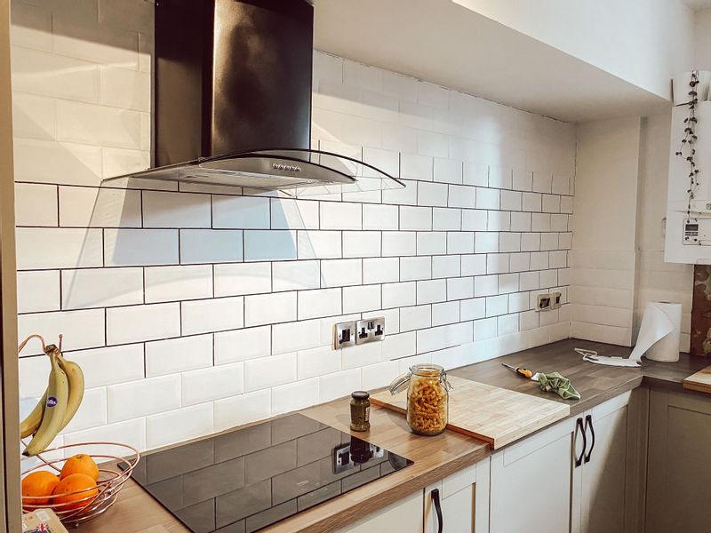 Кухня из Pinterest перекрашивание плитки - белая плитка фартука