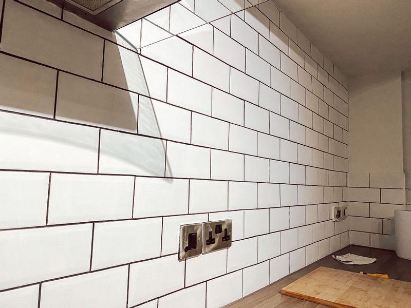 Кухня из Pinterest перекрашивание плитки - новый фартук с белой плиткой