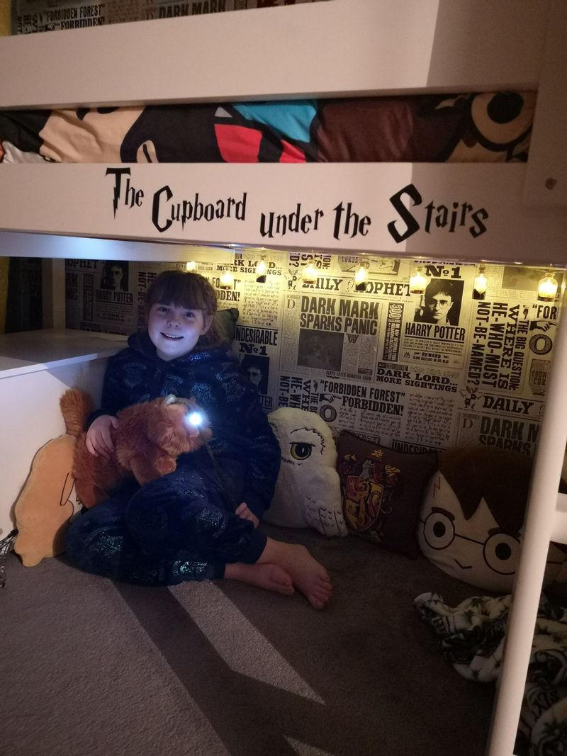 Интерьер спальни для девочки в стиле «Гарри Поттера» - шкаф под лестницей