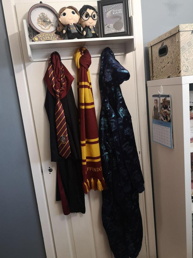 Интерьер спальни для девочки в стиле «Гарри Поттера» - одежда и аксессуары