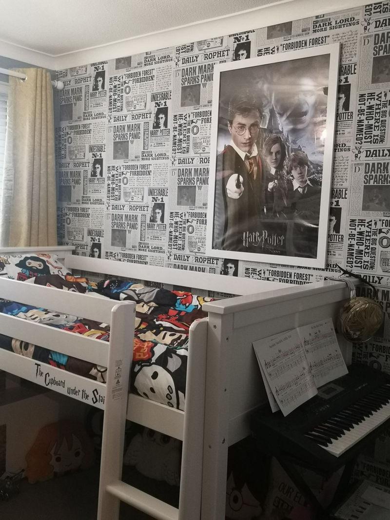 Интерьер спальни для девочки в стиле «Гарри Поттера» - стены с обоями