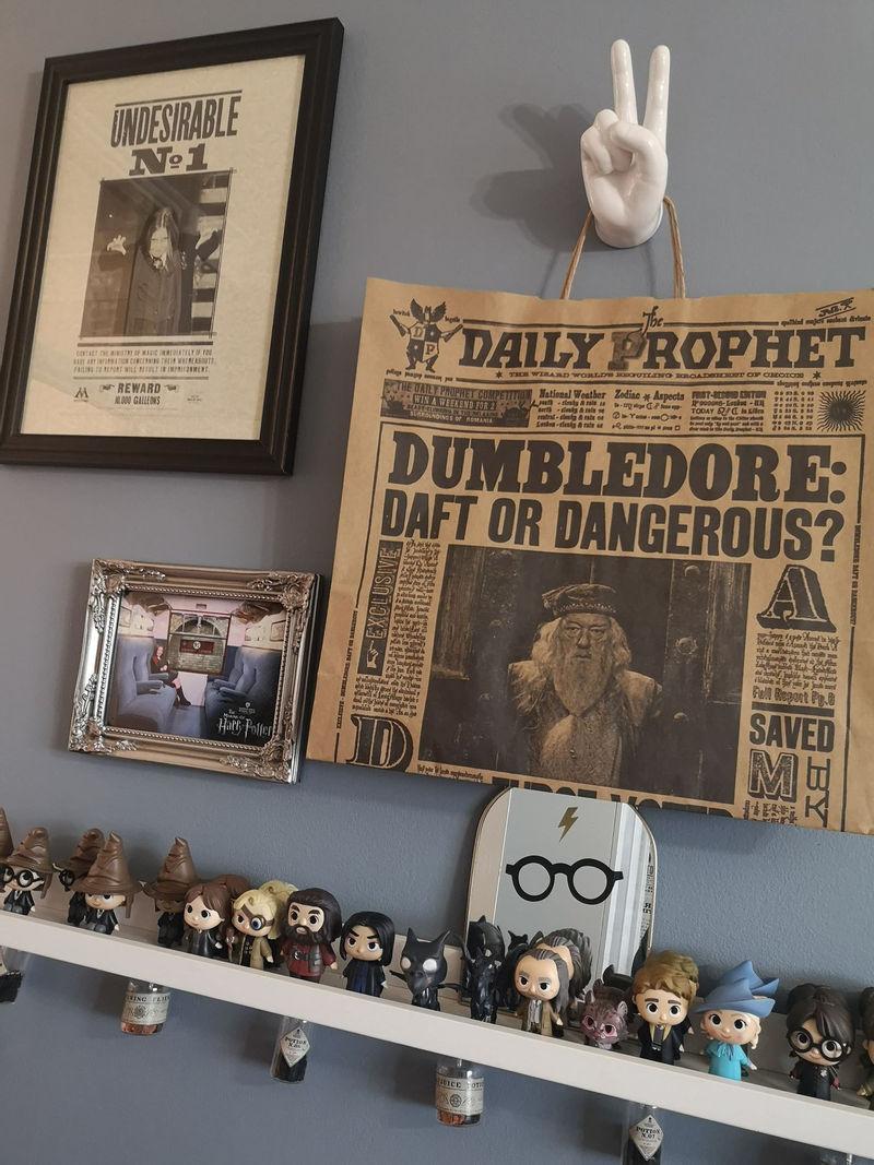 Интерьер спальни для девочки в стиле «Гарри Поттера» - фигурки и рамки