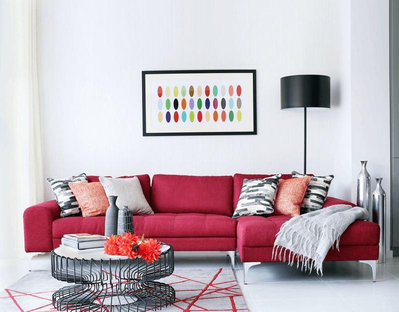 Красный диван в интерьере - цвет стен - белый