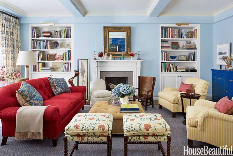 Красный диван в интерьере - цвет стен - бледно-голубой