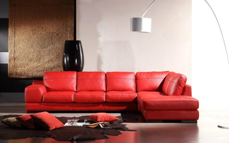 Красный диван в интерьере - цвет стен - бежевый