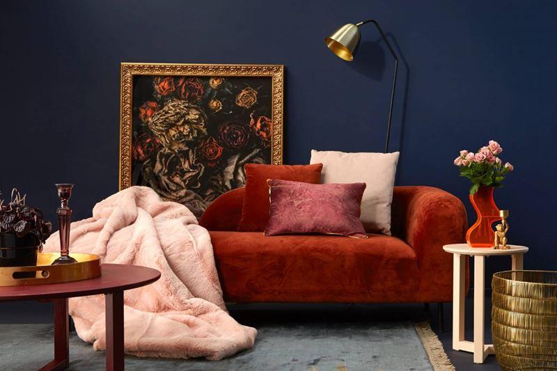 Красный диван в интерьере - цвет стен - тёмно-синий