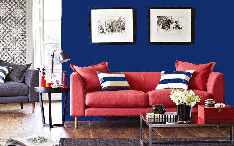 Красный диван в интерьере: 5 простых и безопасных идей для цвета стен