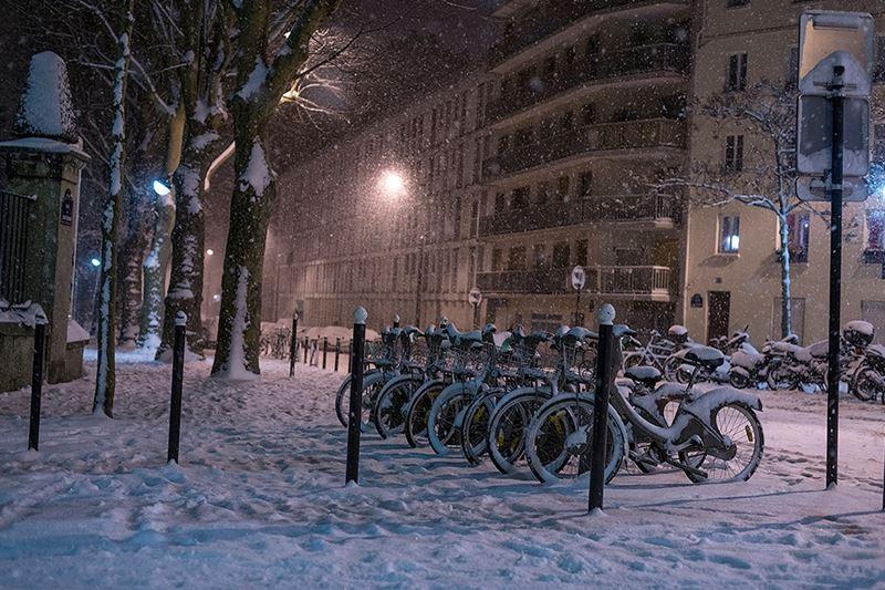 Ночной Париж зимой