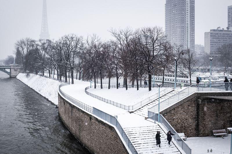 Заснеженный зимний Париж
