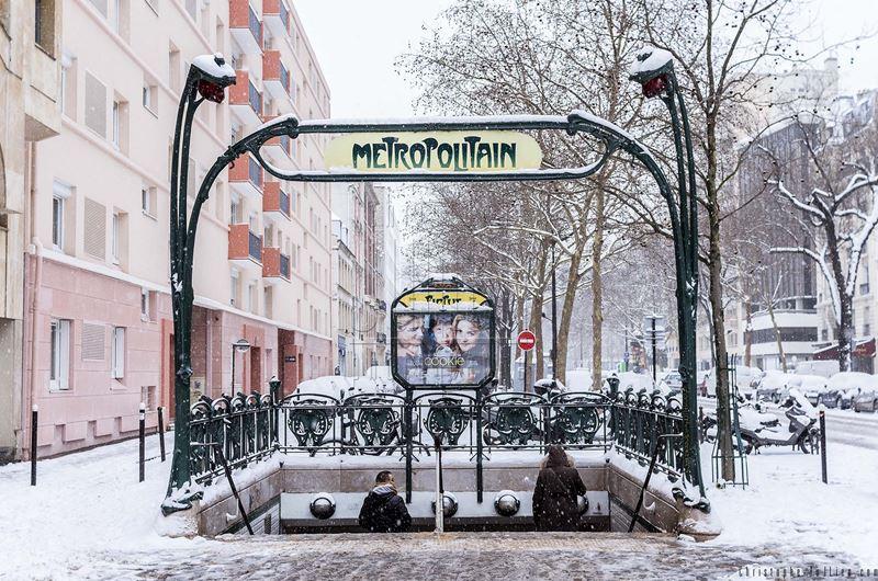 Вход в парижское метро зимой