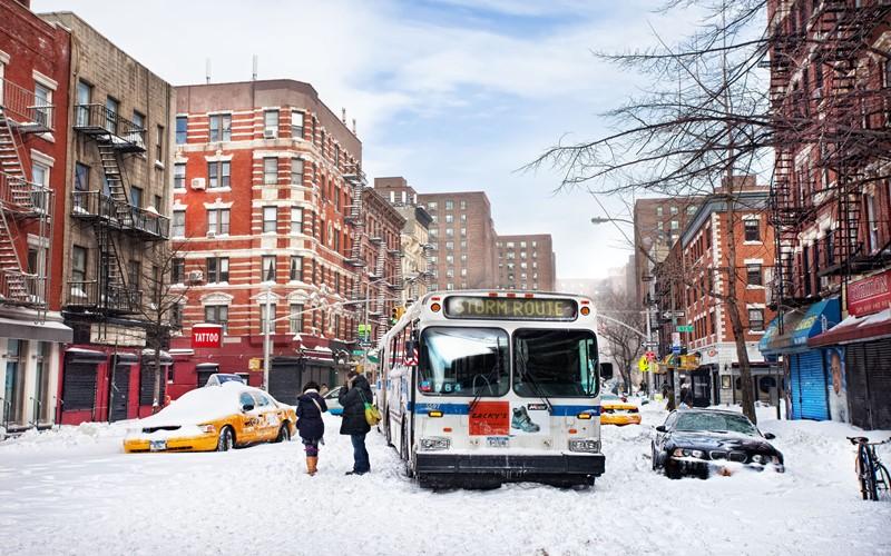 Нью-Йорк зимой снег в большом городе  (15)