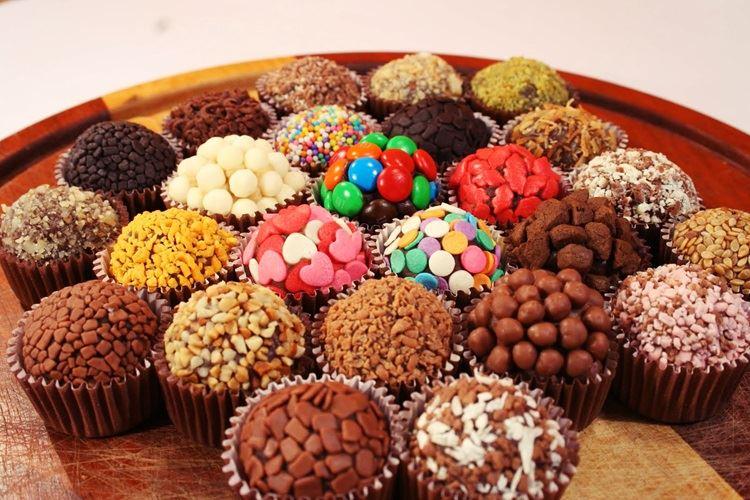 Бригадейро – бразильское шоколадное лакомство в цветной и шоколадной обсыпке