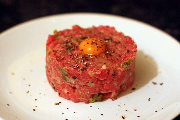 10 блюд французской кухни - Стейк тартар