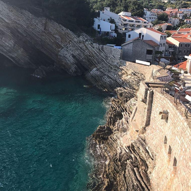 Лучшие пляжи Черногории: обрыв скалы Лучице