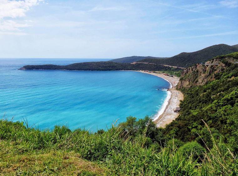 Лучшие пляжи Черногории: пейзаж побережья пляжа Яз