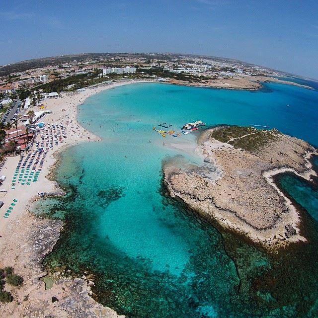 Лучшие пляжи Кипра: вид сверху пляжа Нисси Бич в Айа-напа