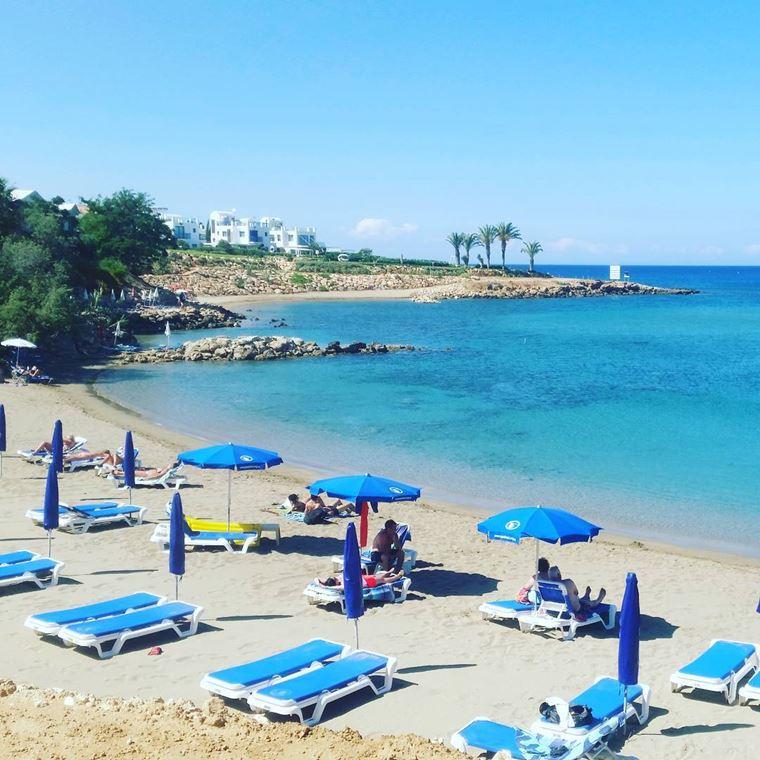 Лучшие пляжи Кипра: песчаный пляж Сирена Бэй с лежаками и зонтиками