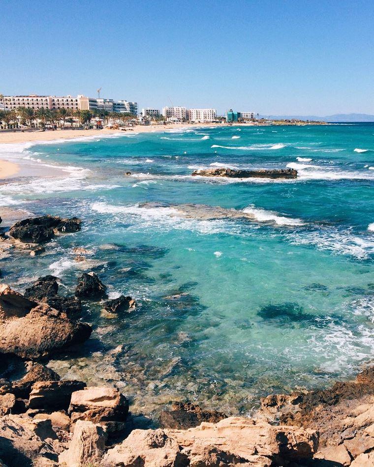 Лучшие пляжи Кипра: каменистый и песчаный пляж Фиг Три Бэй