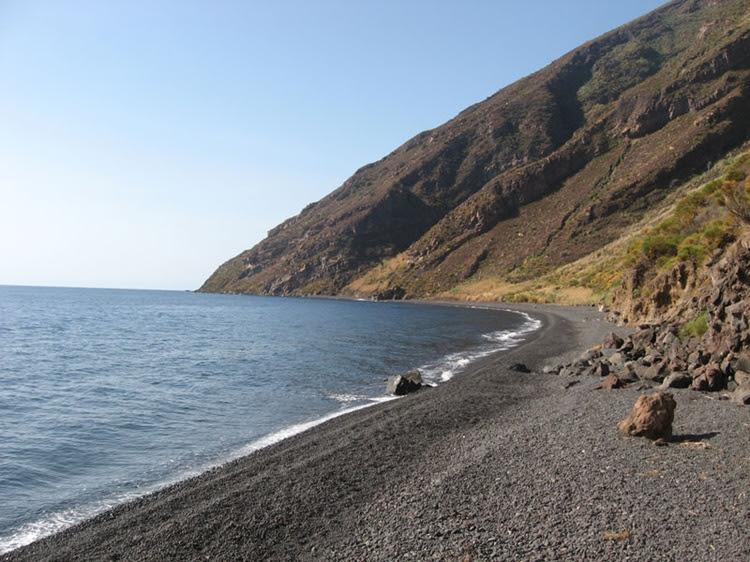 Лучшие пляжи Сицилии: Форджиа Веккья на вулканическом острове Стромболи