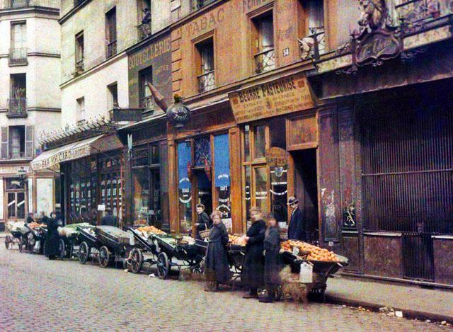 Старый Париж: редкие цветные фото - уличные продавцы цветов и фруктов