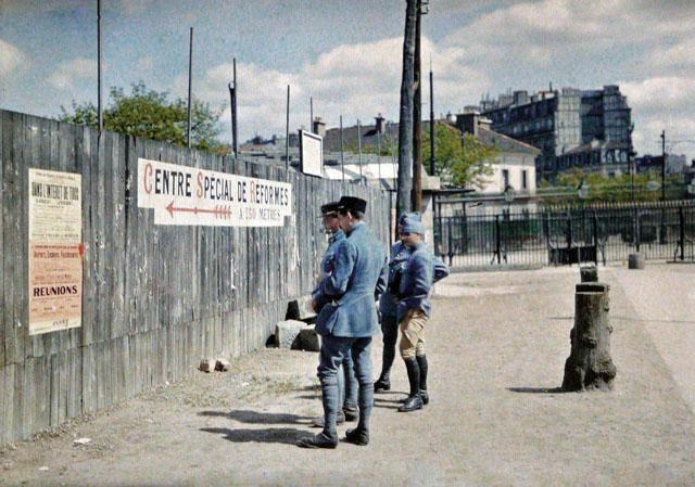 Старый Париж: редкие цветные фото - военные на улице