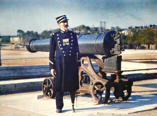 Старый Париж: редкие цветные фото - офицер с пушкой