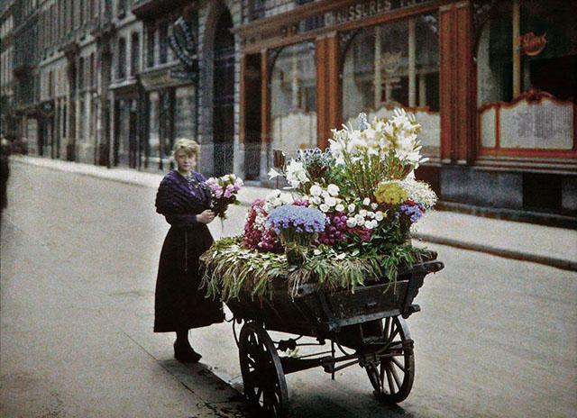 Старый Париж: редкие цветные фото - женщина продаёт цветы