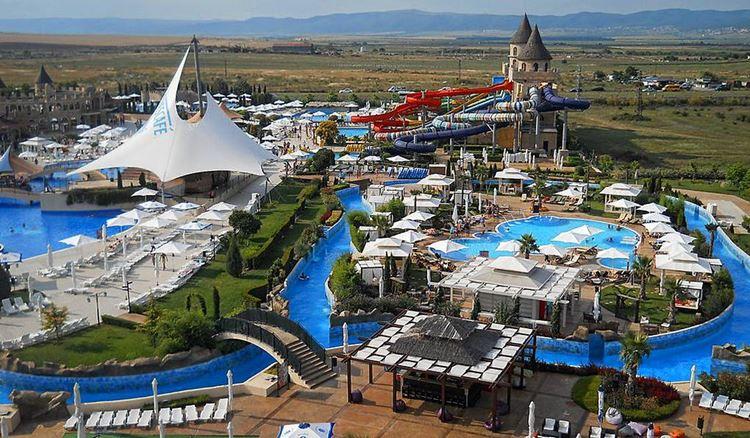 Аквапарки Болгарии: Aqua Paradise Ltd, Несебр - большая территория с зонтиками и лежаками