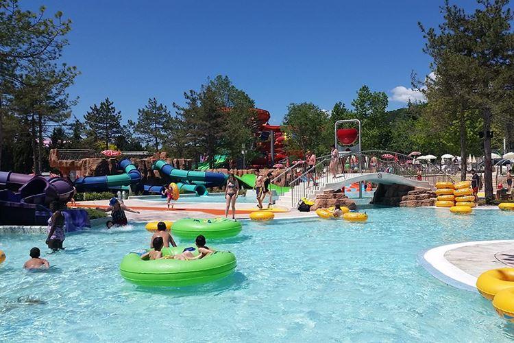 Аквапарки Болгарии: Aquamania, Албена - небольшие горки в бассейне для детей и подростков