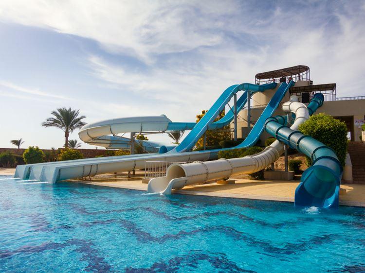 Аквапарки Египта: Aqua Coraya, Марса-эль-Алам - голубая вода бассейна с пятью водными слайдами