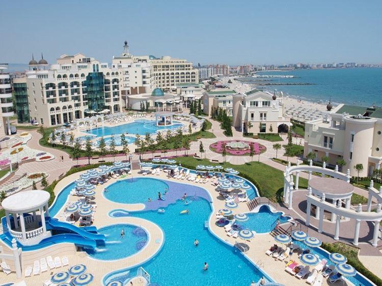 Отели Болгарии с аквапарком и водными горками: Sunset Resort (Поморие) - территория с бассейнами голубого цвета