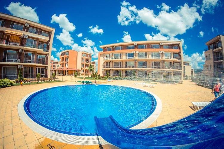 Отели Болгарии с аквапарком и водными горками: Waterpark Fort Apartments - бассейн на территории