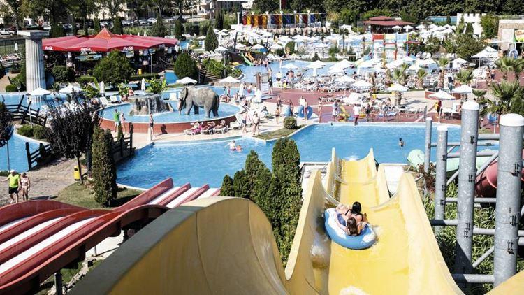 Отели Болгарии с аквапарком и водными горками:  Aqua Nevis Club Hotel - вид на бассейн сверху
