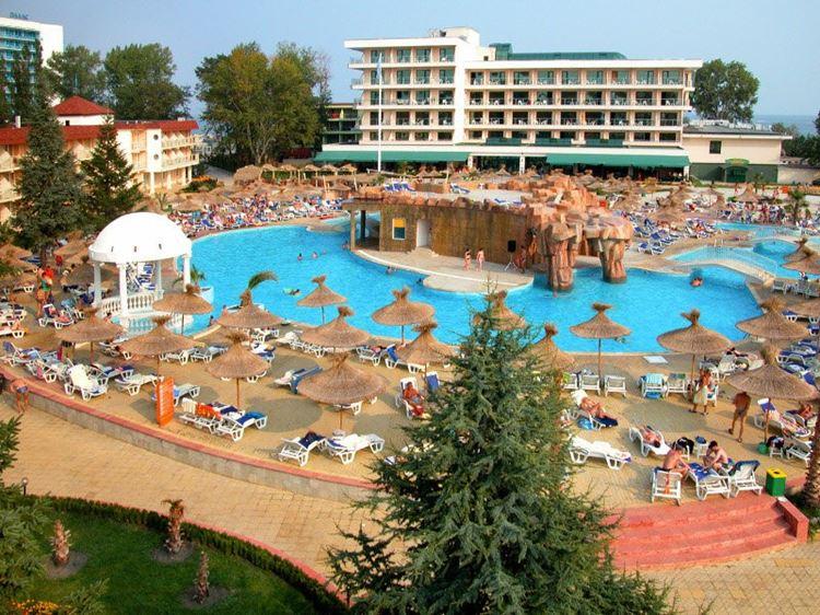 Отели Болгарии с аквапарком и водными горками:  DIT Evrika Beach Club Hotel & Waterpark - вид на бассейн с зонтиками