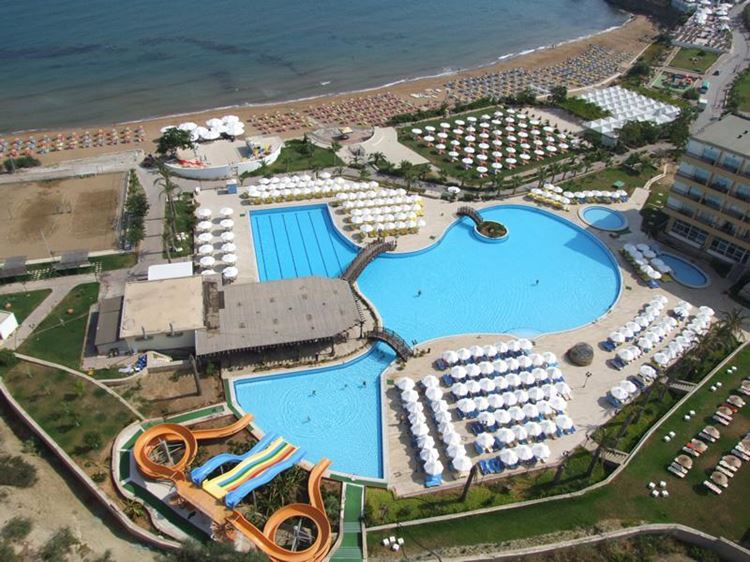 Курортные отели Кипра с аквапарком:  Acapulco Resort Convention SPA Hotel - бассейн и берег моря с пляжем