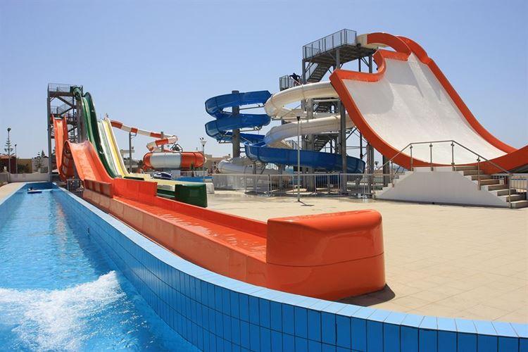 Курортные отели Кипра с аквапарком: Panthea Holiday Village Water Park Resort - водные горки