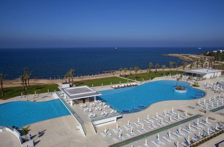 Курортные отели Кипра с аквапарком:  King Evelthon Beach Hotel and Resort (Пафос) - бассейн и берег моря с пляжем