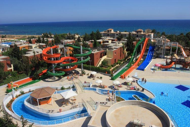 Курортные отели Кипра с аквапарком:  Electra Holiday Village (Айя Напа) - вид сверху на бассейн и горки