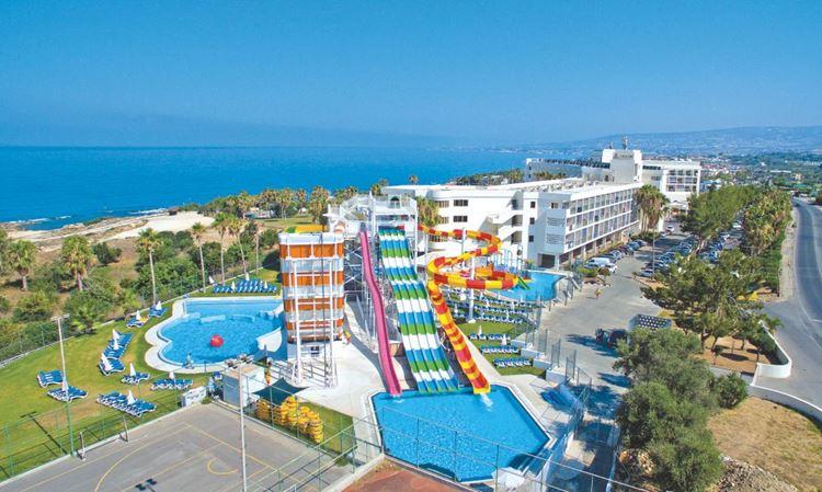 Курортные отели Кипра с аквапарком:  Laura Beach (Пафос) - вид из города на парк и море