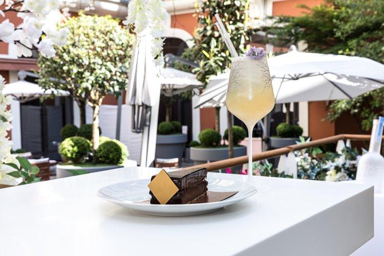 Коктейли в саду Belvedere  Le Royal Monceau – Raffles Paris