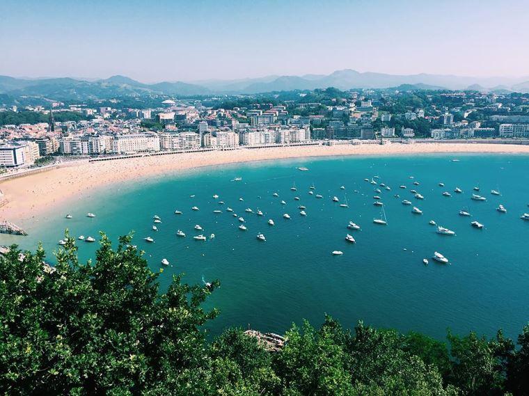 Города Испании на побережье Атлантического океана: Сан-Себастьян - береговая линия с яхтами