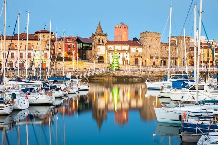 Города Испании на побережье Атлантического океана: Хихон - средневековая архитектура и маленькие яхты