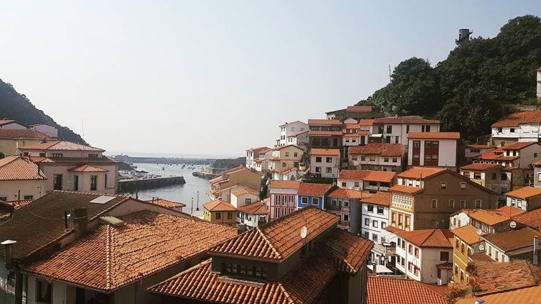 Города Испании на побережье Атлантического океана: Кудильеро - яркие оранжевые крыши домов
