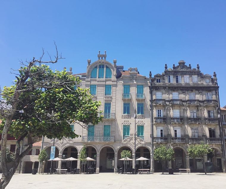 Города Испании на побережье Атлантического океана: Понтеведра - красивая архитектура в солнечный день