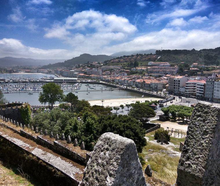 Города Испании на побережье Атлантического океана: Байона - вид на порт со стороны города