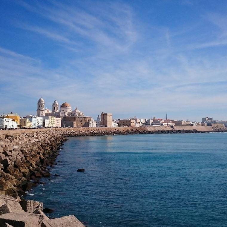 Города Испании на побережье Атлантического океана: Кадис - каменистая набережная и голубое небо