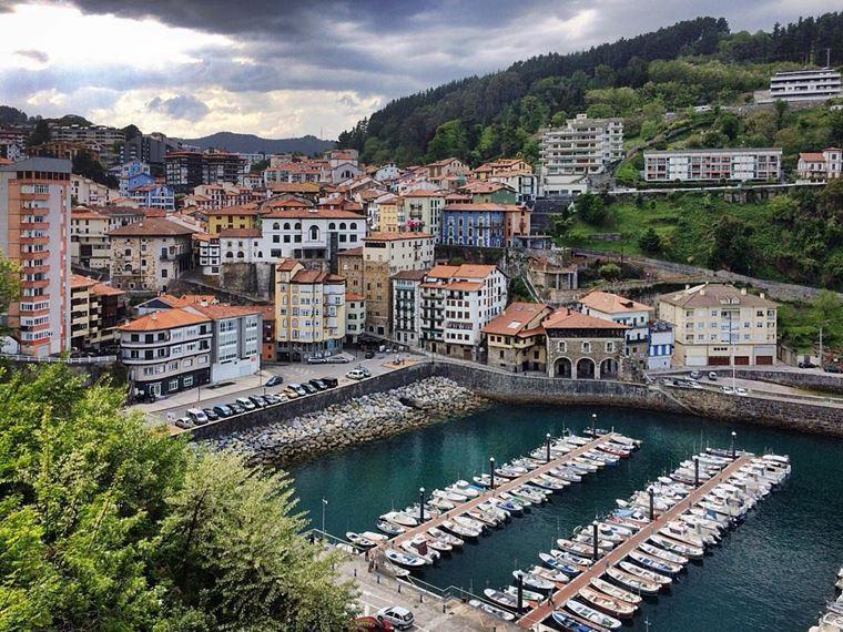 Города Испании на побережье Атлантического океана: Мотрико - жилой район с многоэтажными домами