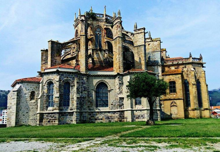 Города Испании на побережье Атлантического океана: Кастро-Урдьялес - средневековые постройки