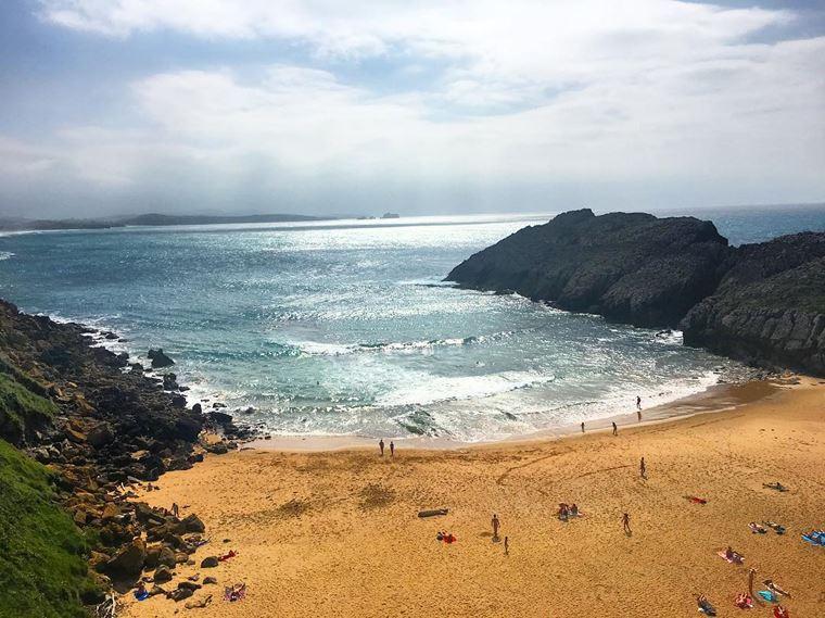 Города Испании на побережье Атлантического океана: Сантандер - рыжий песок пляжа на закате