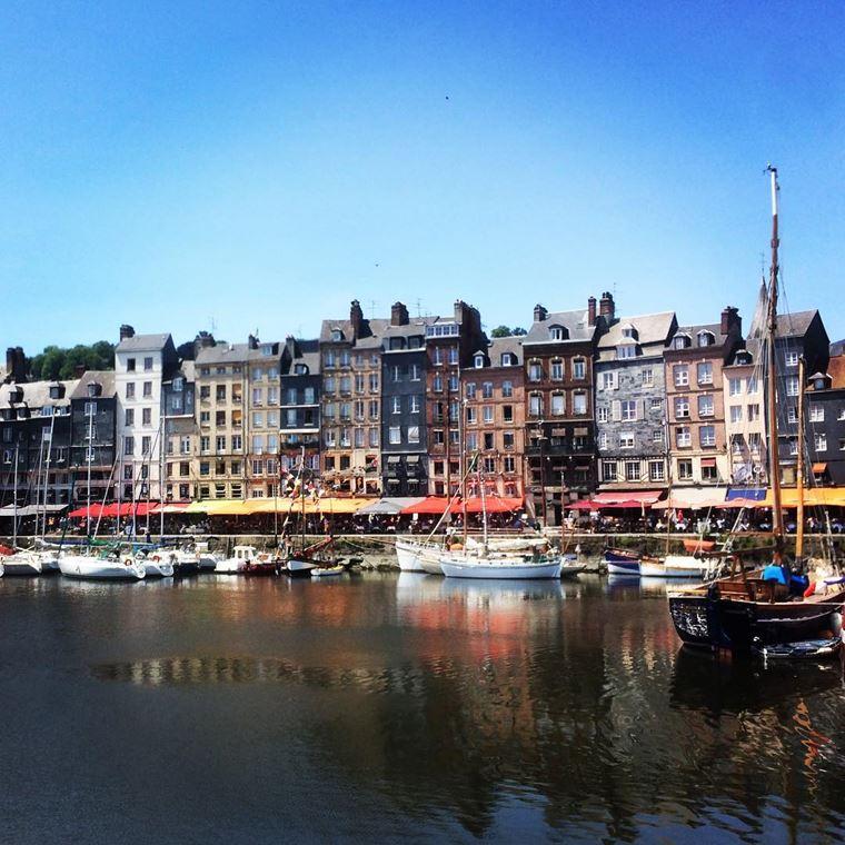 Города северной Франции на побережье Ла-Манша: Онфлёр - красивая набережная порта